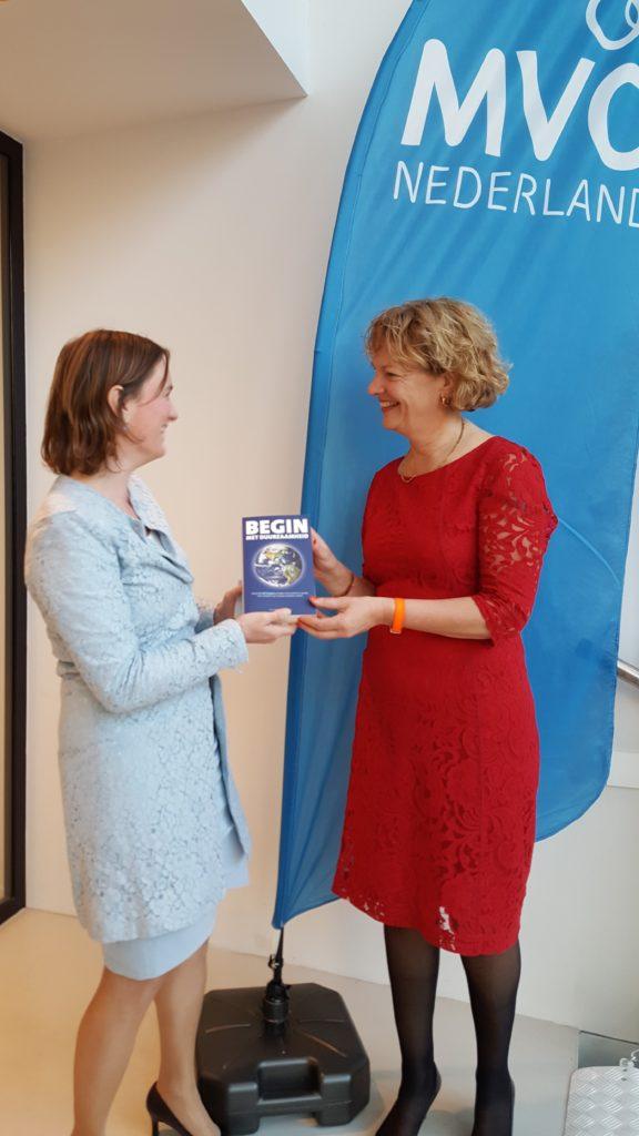 foto-3-boekoverhandiging-aan-maria-van-der-heijden