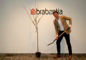 Brabantia CEO Tijn van Elderen & Love Nature tree to plant - voor weergave